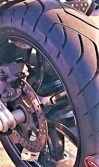 バイクのタイヤの端が1くらい剥けない