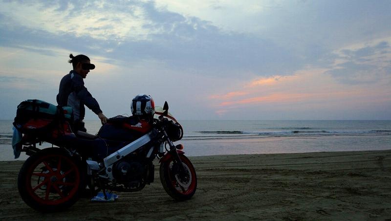 砂浜にバイクを止める