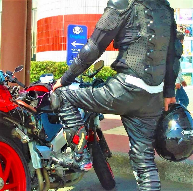 インナープロテクターを着るバイク乗り