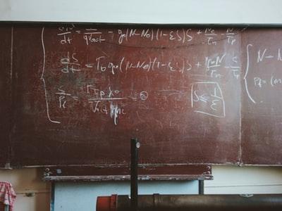 黒板に書かれた計算式