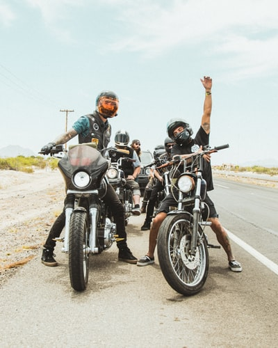 信号待ちで両足をつくバイク乗り