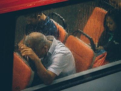 雨の日にバスに乗る