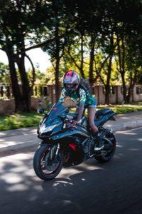 無理にバイクを楽しもうとする女性