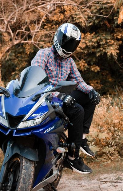 バイクに跨るおっさん