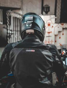バイクを楽しんでいる男性