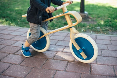 バイクのブリッピングを練習する少年