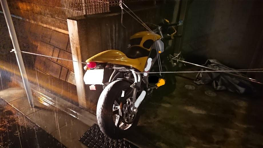 台風のときにロープで縛ったバイク