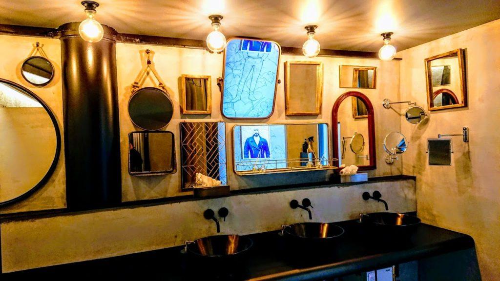 バイカーズパラダイストイレの鏡