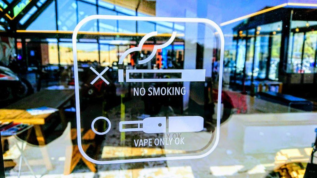 バイカーズパラダイス内は禁煙。電子タバコはOK