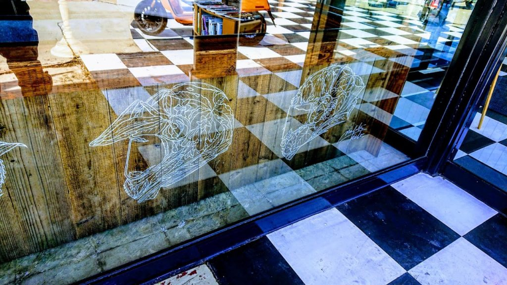 外側から見たバイカーズパラダイスのヘルメットのイラスト