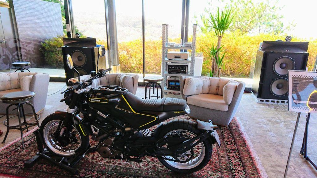 室内展示のバイク