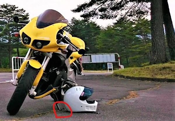 バイクがアスファルトに沈む写真