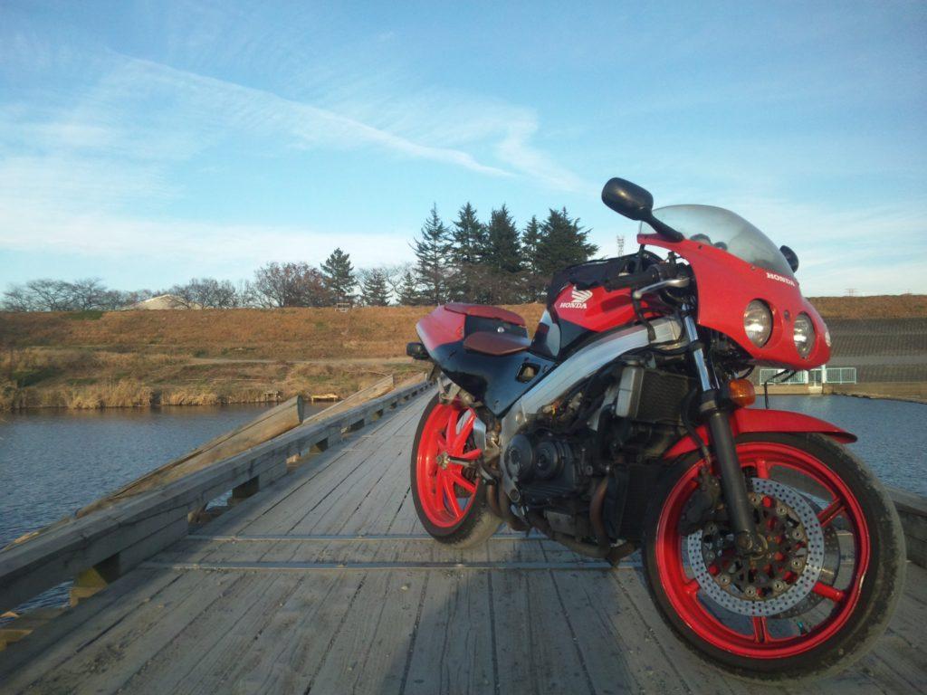 橋の上のVFR400R【NC30】