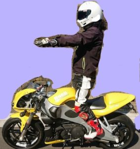 バイクのステップに立つ