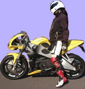 右足をつくバイク乗りはだらしない