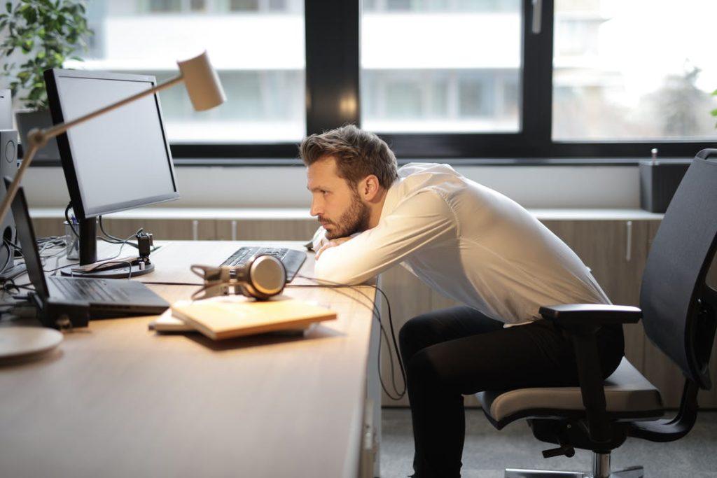 パソコンの姿勢が悪い男性